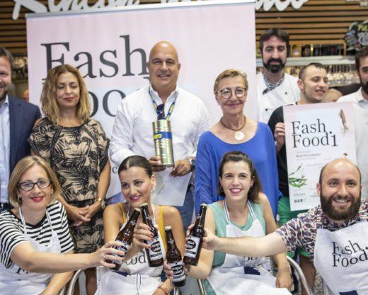 El equipo de Fash Food presentando su iniciativa en la plaza de abastos Saavedra Fajardo (Murcia)